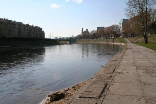 Brzegiem rzeki Wilii w kierunku Mostu Zielonego,rzeźba Vladasa Urbanavičiausa /Arkada nabrzeża/. #Wilno