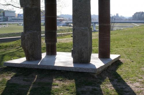 Na brzegu Wilii Fragment rzeźby Mindaugasa Navakasa /Skirtingu formu sąskambis/ czyli /Współbrzmienie rożnych form/ nazywana tez /Piętrowy/. #Wilno