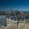 Zugspitze 2962m. Widok ze szczytu na znajdującą się niżej stację kolejki. To najwyższa góra Niemiec. #Naris