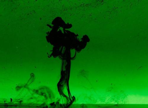 #atrament #czarny #woda #akwarium #wlewać