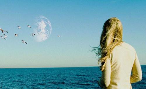 """Błękitna planeta na błękitnym niebie – po seansie """"Drugiej Ziemi"""" głównie ten obraz pozostanie w pamięci widza."""