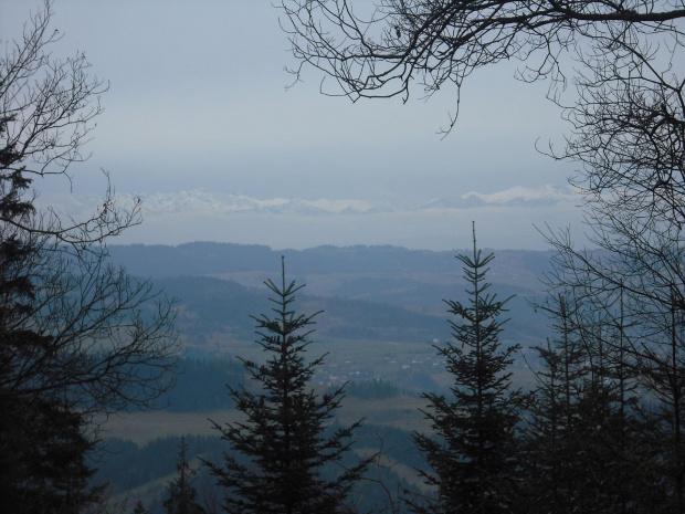na końcu kadru wyłaniają się ośnieżone szczyty Tatr