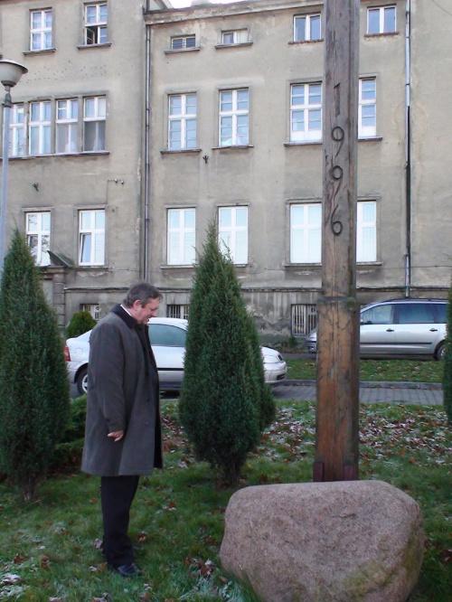 To właśnie u p. Mariana powstał pomysł, by w tym miejscu stanął obelisk upamiętniający 90 rocznicę odzyskania niepodległości oraz śmierc dwóch powstańców Cz. Plewińskiegi i St.Pachowiaka. Zarząd TMMS zaakceptował tą koncepcję jednogłośnie.