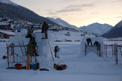 Dla rzeźbiarzy przygotowano bloki śnieżne o wymiarach 3 x 3 x 3 metry LIVIGNO #Alpy #Livigno #rzeźby #śnig