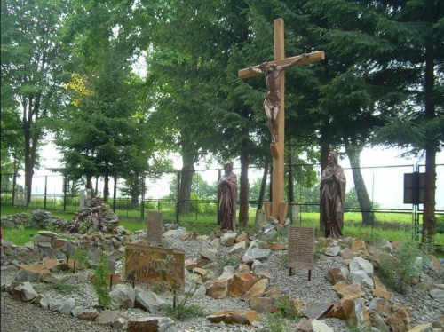 Golgota to trzecia góra w ogrodzie , a na niej krzyż z ukrzyżowanym Jezusem oraz Maryja i Jan stojący przy Nim ...